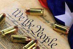 Munition und Flagge auf US-Konstitution - Geschichte der zweiten Änderung Lizenzfreies Stockbild
