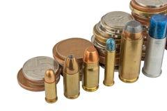 Munition und gültige Münzen Verkäufe von Waffen und von Munition Illegaler Handel der Munition Stockfotos