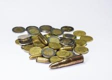 Munition und Münzen Stockbild