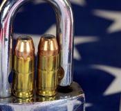 Munition und Vorhängeschloß auf Flagge Vereinigter Staaten - schießen Sie Rechte und Reglementierung von Waffenbesitz-Konzept Stockbilder
