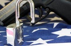 Munition und Vorhängeschloß auf Flagge Vereinigter Staaten - schießen Sie Rechte und Reglementierung von Waffenbesitz-Konzept Lizenzfreie Stockfotografie