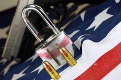 Munition und Vorhängeschloß auf Flagge Vereinigter Staaten - schießen Sie Rechte und Reglementierung von Waffenbesitz-Konzept Stockfoto