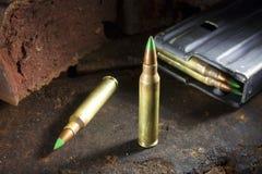 Munitions et magazine inclinées par vert Photos libres de droits