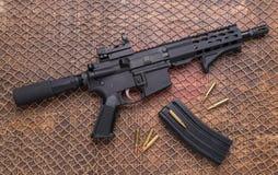 Munizioni afflitte della pistola dell'AR 15, rivista fotografia stock