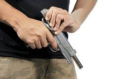 Munizioni della pistola della tenuta e di caricamento dell'uomo Fotografia Stock Libera da Diritti