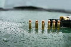 Munizioni della pistola sul cappuccio immagine stock