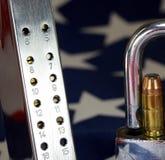 Munizioni e lucchetto sulla bandiera degli Stati Uniti - spari i diritti ed il concetto di controllo delle armi Immagini Stock