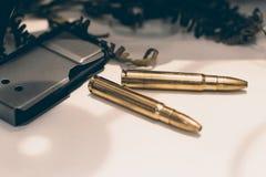 Munizioni per il fucile con una rivista Pallottole del fucile Fotografie Stock Libere da Diritti
