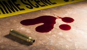 Munizioni vuote del fucile di assalto con sangue Fotografie Stock