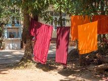 Munkämbetsdräkter som torkar i Yangon Arkivfoto