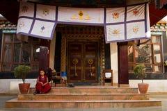 Munk av Drubgon Jangchup Choeling den tibetana templet, Katmandu, Nep Royaltyfria Bilder