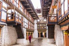 Munk in av jakar dzong Arkivbilder