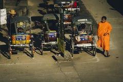 Munk budista que anda no bairro chinês Chiang Mai fotos de stock