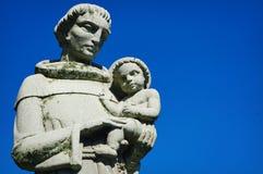 Munk Holding Infant Statue Arkivbilder