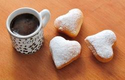 Munk i forma av hjärta och kaffe royaltyfri bild
