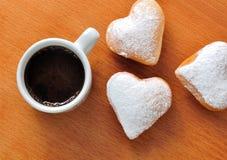 Munk i forma av hjärta och kaffe arkivfoto