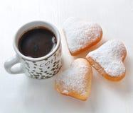 Munk i forma av hjärta och kaffe arkivbild