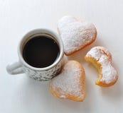 Munk i forma av hjärta och kaffe royaltyfri foto