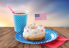 Munk med den amerikanska flaggangarnering och drinken Fotografering för Bildbyråer