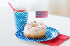Munk med fruktsaft- och amerikanska flaggangarnering Fotografering för Bildbyråer