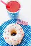 Munk med fruktsaft- och amerikanska flaggangarnering Royaltyfria Foton