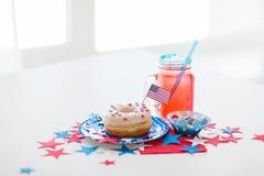 Munk med fruktsaft och godisar på självständighetsdagen Royaltyfria Foton