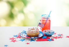 Munk med fruktsaft och godisar på självständighetsdagen Arkivbilder