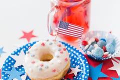 Munk med fruktsaft och godisar på självständighetsdagen Fotografering för Bildbyråer