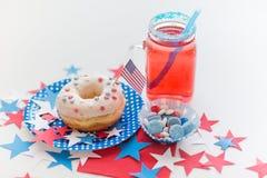 Munk med fruktsaft och godisar på självständighetsdagen Royaltyfria Bilder
