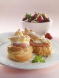 Munk med jordgubbekräm Royaltyfria Foton