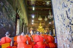 Munk och buddistisk dyrkanguldBuddha Arkivbild