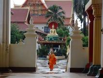 Munk och detaljer av konster på den buddistiska templet Royaltyfri Bild