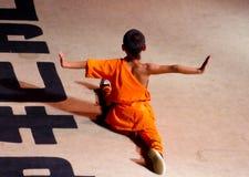 Munk som utför kines Kung Fu Arkivbild