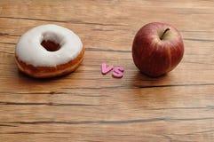 Munk vs äpplet Sjukligt vs sunt Arkivfoto