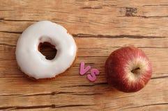 Munk vs äpplet Sjukligt vs sunt Royaltyfria Bilder