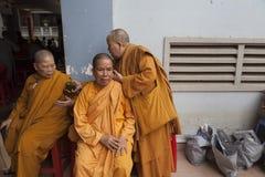 Munkar för en buddistkvinnlig Royaltyfri Fotografi