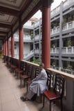 Munkar för en buddistkvinnlig Arkivfoton