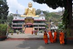 Munkar framme av den guld- templet, Dambulla, Sri Lanka Royaltyfria Bilder