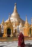 Munkar i den Shwedagon pagoden Arkivbild
