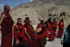 Munkar Indien, Tibet, berg som är röda, religion, lopp, buddhism, folk, Ladakh, ämbetsdräkt, arkivfoto