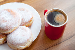 Munkar med kaffe i röd cupD Royaltyfri Fotografi