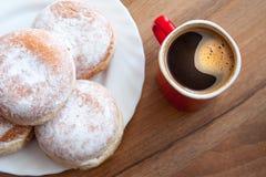 Munkar med kaffe i röd kopp Fotografering för Bildbyråer