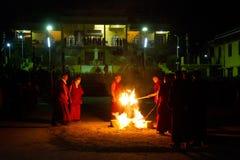 Munkar och ceremoniell brandGyuto kloster, Dharamshala, Indien arkivbild