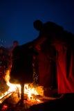 Munkar och ceremoniell brandGyuto kloster, Dharamshala, Indien arkivfoto