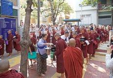 Munkar på den Mahagandayon kloster i Amarapura Myanmar Arkivbild