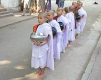 Munkar på den Mahagandayon kloster i Amarapura Myanmar Arkivfoton