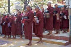 Munkar på den Mahagandayon kloster i Amarapura Myanmar Royaltyfri Fotografi