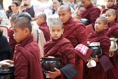 Munkar på den Mahagandayon kloster i Amarapura Myanmar Arkivfoto