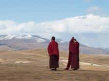 Munkar runt om Yarchen Gar Monastery i tibetana Garze, Sichuan, Ch Arkivbild