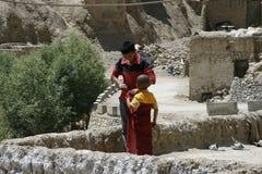 Munkar som är röda, sten, religion, festival, barn Arkivfoton